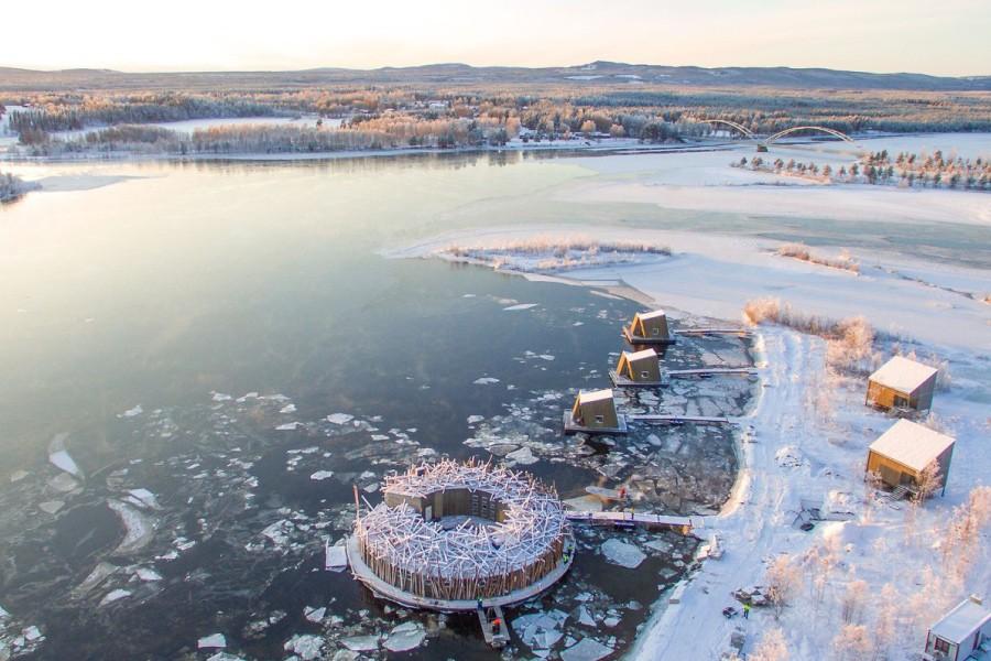 Vinterbadanläggning & restaurang. Vi inspireras av Artic Bath på Luleåälven, ett hotell med en flytande bastu. Det erbjuds guidade turer, kallbad och bastu samt kulinariska upplevelser. Arkitekter: B. Hagström & J. Kauppi