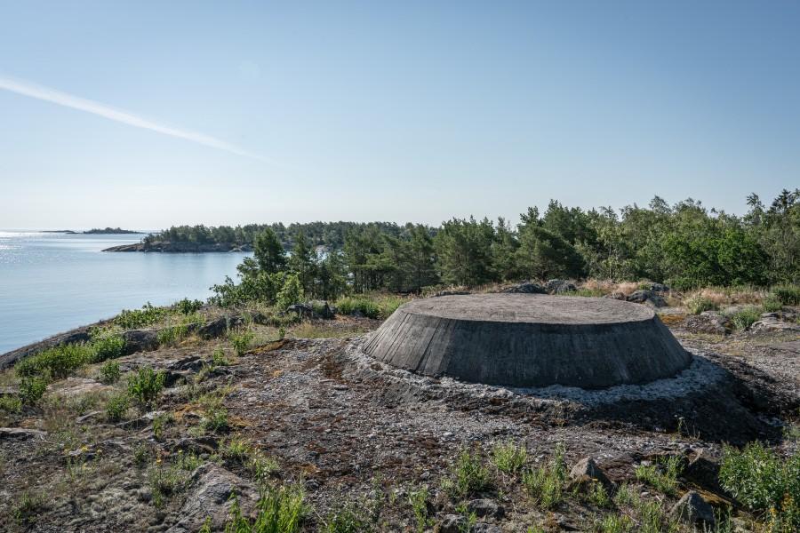 Kanonvärnen byggdes på avsprängda ytor. Idag finns koniska betongfundament vid platserna för kanonvärnen. Foto: Mattias Brauns