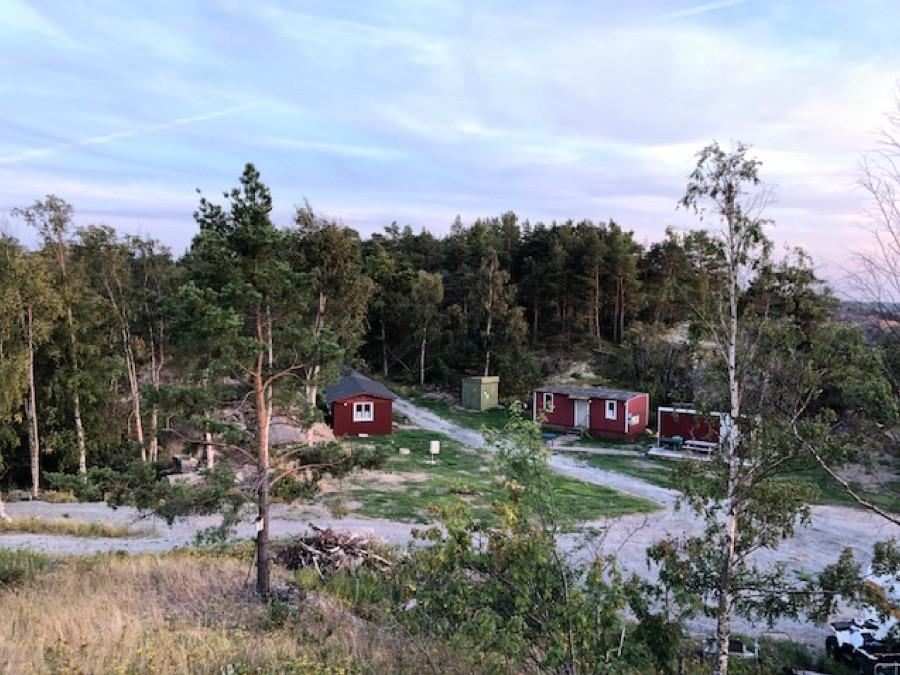 Befintliga byggnader med den gamla transformatorstation i bakgrunden. Foto: Håkan Mauritzon.