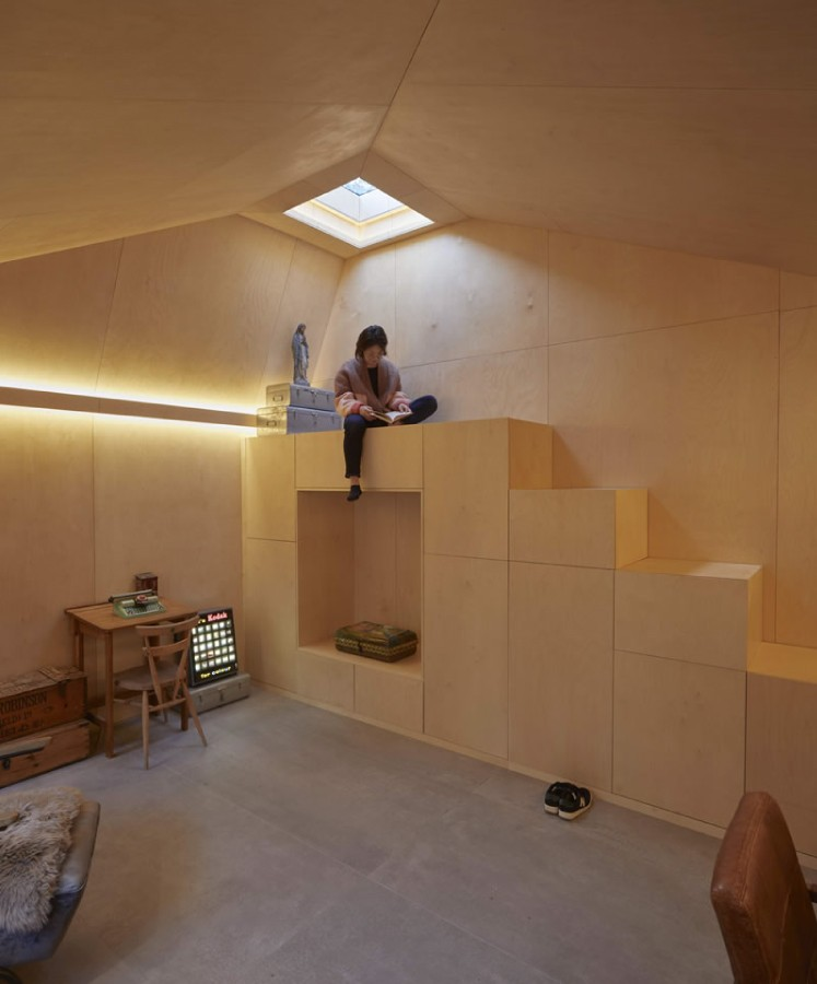 Innovativa ljusinsläpp i en bunkerarkitektur. Foto & arkitekt: RISE design studio