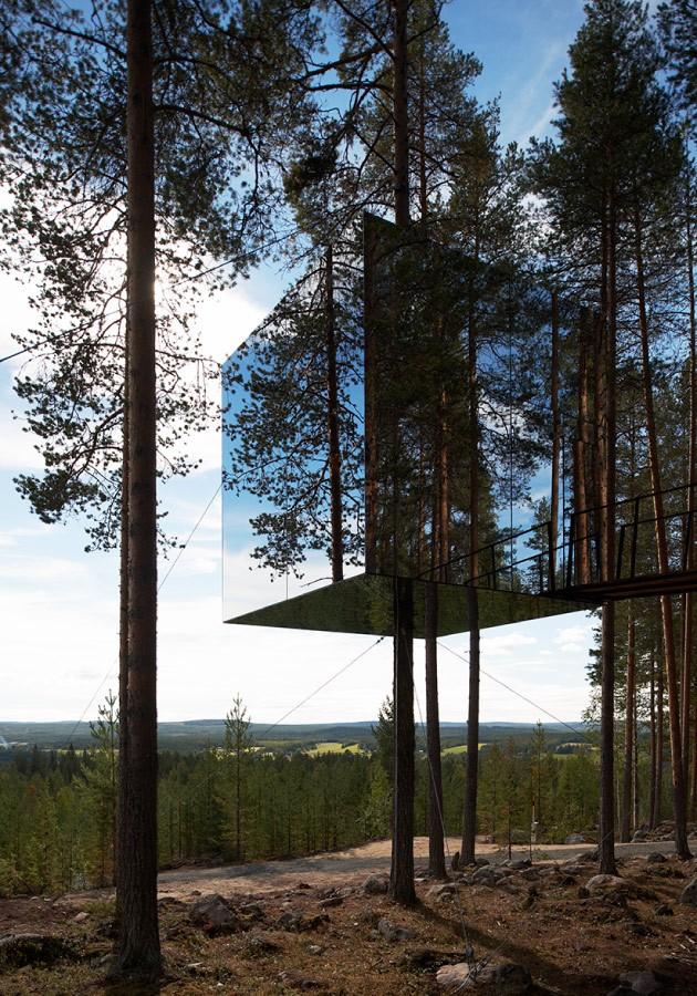Vi inspireras av Tree Hotel i Harads. Det reflekterande fasadmaterialet gör att kuben nästan försvinner bland trädkronorna. Foto och arkitekt: Tham & Videgård arkitekter